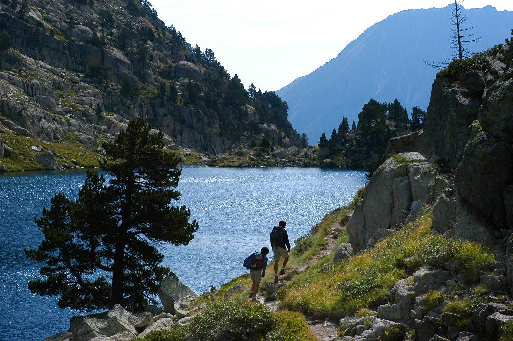 Dos excursionistres al costat d'un llac del Parc Nacional d'Aigüestortes Foto: Jordi Pou